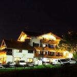 Esterno Hotel Bucaneve di sera